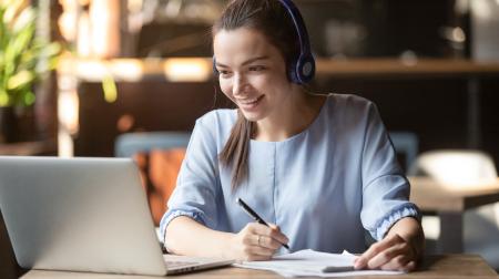 Mädchen besucht digitale Ausbildungswoche